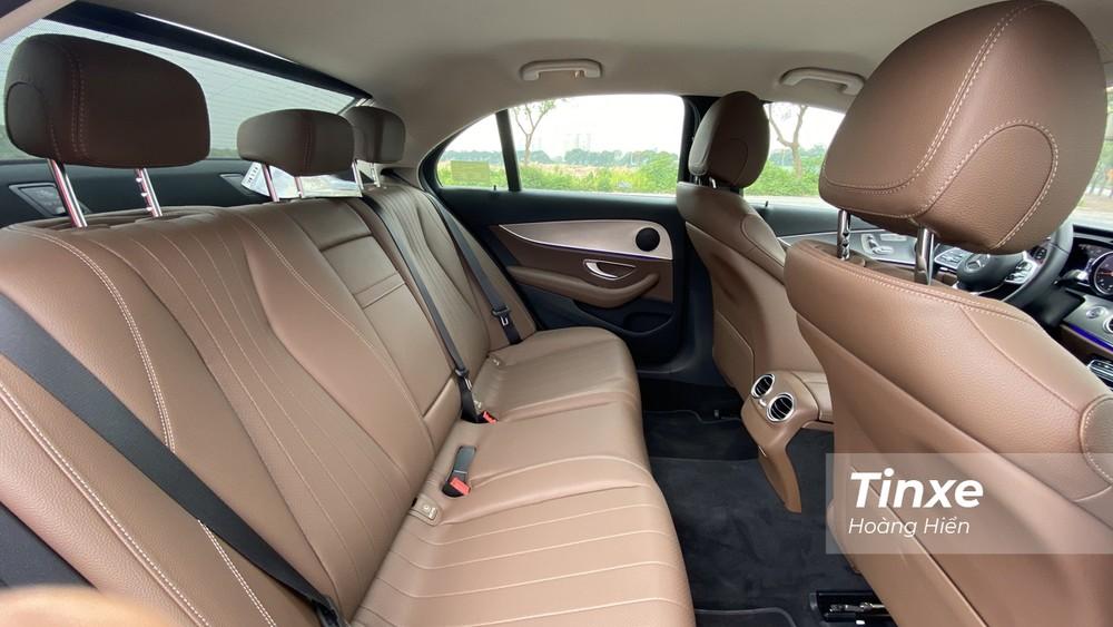 Mercedes-Benz E180 sở hữu không gian nội thất rộng rãi và thoải mái. Tuy nhiên có ít tiện nghi cho người ngồi ở hàng ghế thứ 2.