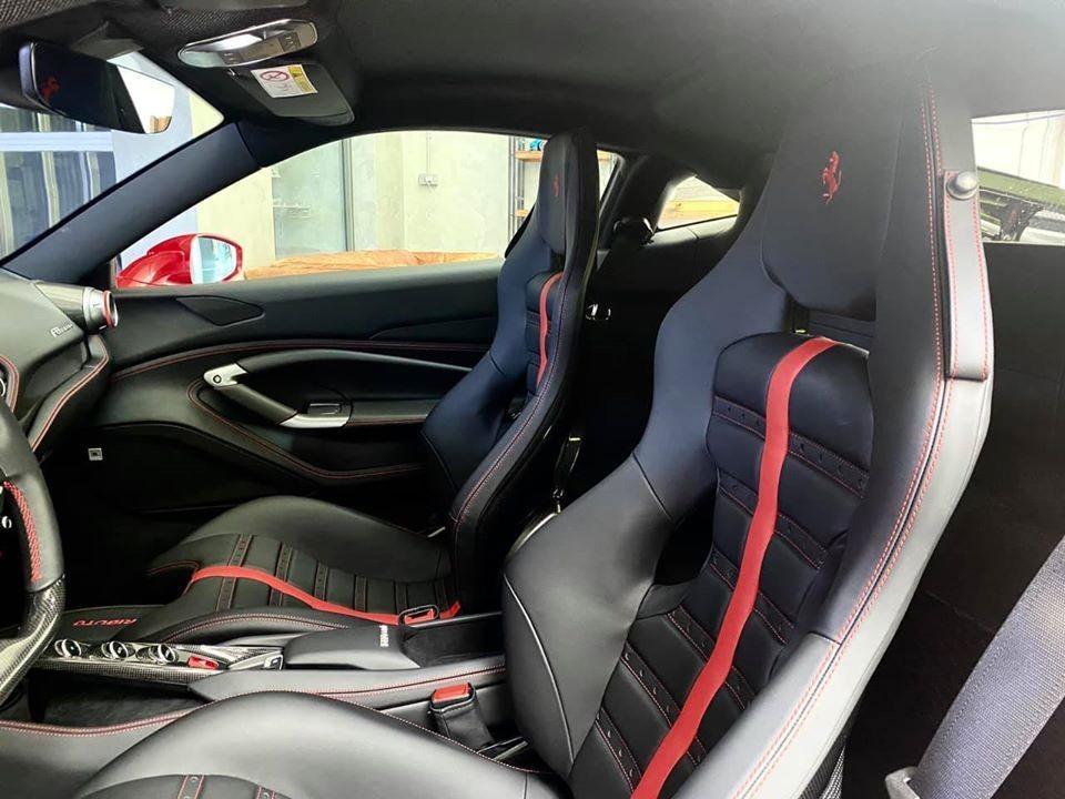 Còn đây là nội thất Ferrari F8 Tributo của Cường Đô-la với điểm nhấn là bộ ghế đua bằng carbon
