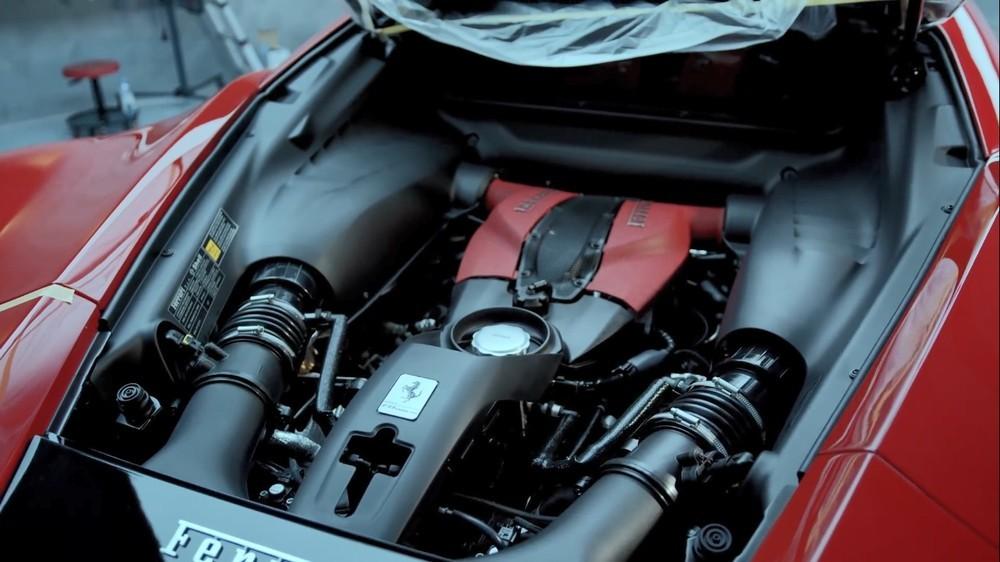 Còn đây là khối động cơ V8, dung tích 3.9 lít, tăng áp kép trên siêu xe Ferrari F8 Tributo của Cường Đô-la không có tuỳ chọn carbon