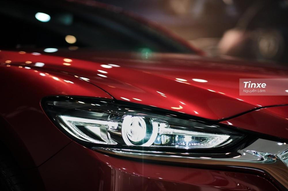 Cụm đèn chiếu sáng trước của Mazda6 2020 có nhiều tính năng hơn đối thủ