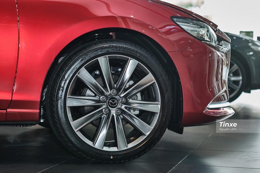Mâm hợp kim 19 inch giúp Mazda6 2020 có khoảng sáng gầm lớn hơn Toyota Camry 2020