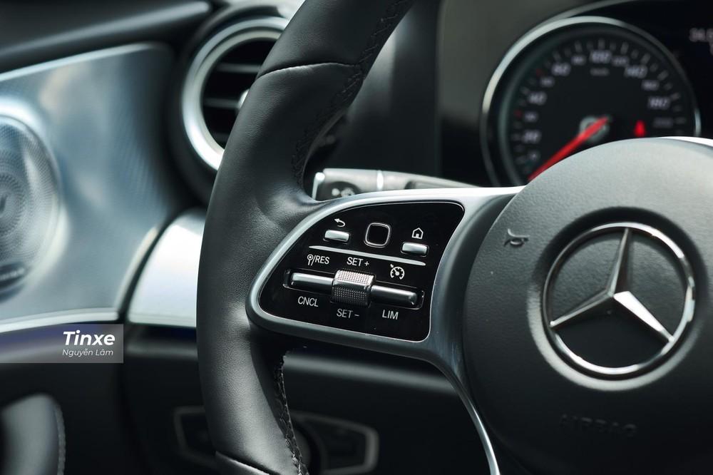 Trên cụm điều khiển vô lăng có phím bấm cảm ứng tương tự như trang bị trên dòng S-Class của Mercedes-Benz