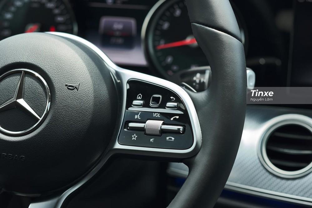 Các nút bấm điều chỉnh chức năng cần thiết như đàm thoại rảnh tay, âm lượng, tốc độ giới hạn, ga tự động đều được tích hợp đầy đủ