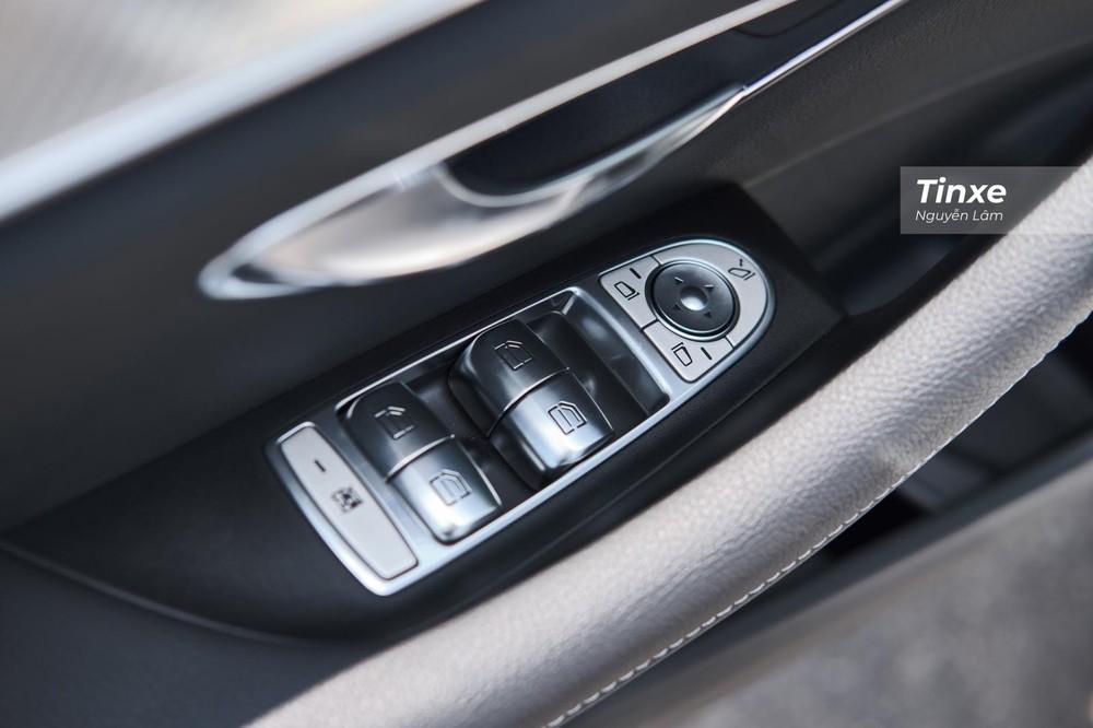 Bảng điều khiển bên trái người lái với các nút bấm được mạ crôm vẫn sáng bóng sau 1 năm sử dụng