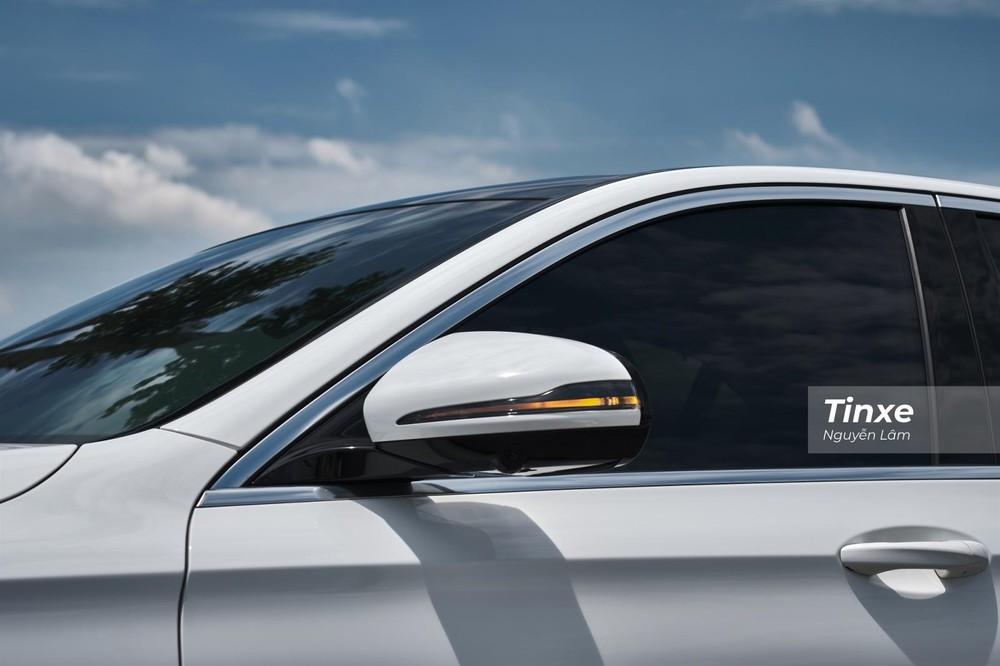 Gương chiếu hậu chỉnh, gập điện tích hợp xi-nhan báo rẽ dạng LED vẫn nổi bật kể cả trong những ngày nắng lớn