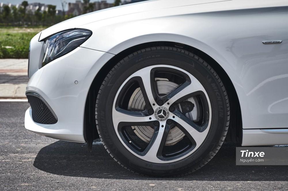 Khác biệt dễ nhận thấy nhất của Mercedes-Benz E 200 Sport 2019 so với các phiên bản khác chính là bộ mâm hợp kim 18 inch 5 chấu 2 tông màu