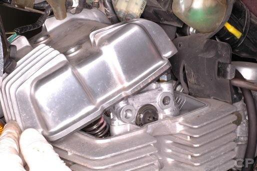 Xupap xe máy nằm trong đầu bò ở khối động cơ xe máy