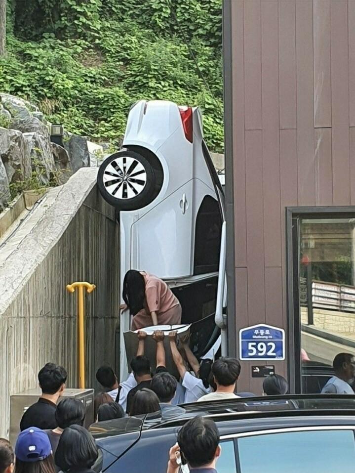 Chiếc Kia K5 này do một người phụ nữ đang mang thai cầm lái
