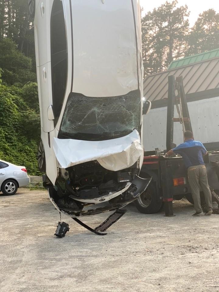 Chiếc Kia K5 được cẩu ra khỏi hiện trường vụ tai nạn