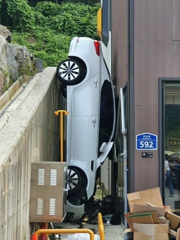 Hình ảnh chiếc Kia K5 bị kẹp giữa bức tường và quán café khiến cư dân mạng khó hiểu