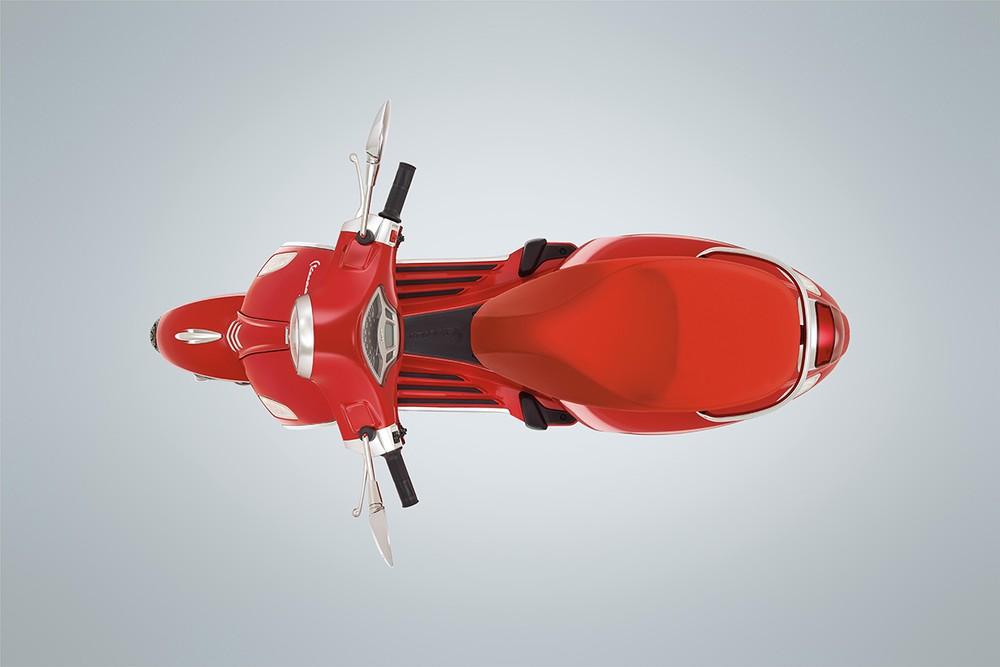 Vespa Primavera RED vẫn sở hữu những đường nét thời trang nhưng khoác lên màu sơn đỏ rất bắt mắt.