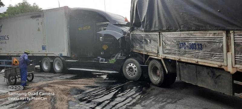 Hình ảnh hiện trường vụ tai nạn giao thông của xe tải và xe container ở Thanh Hoá