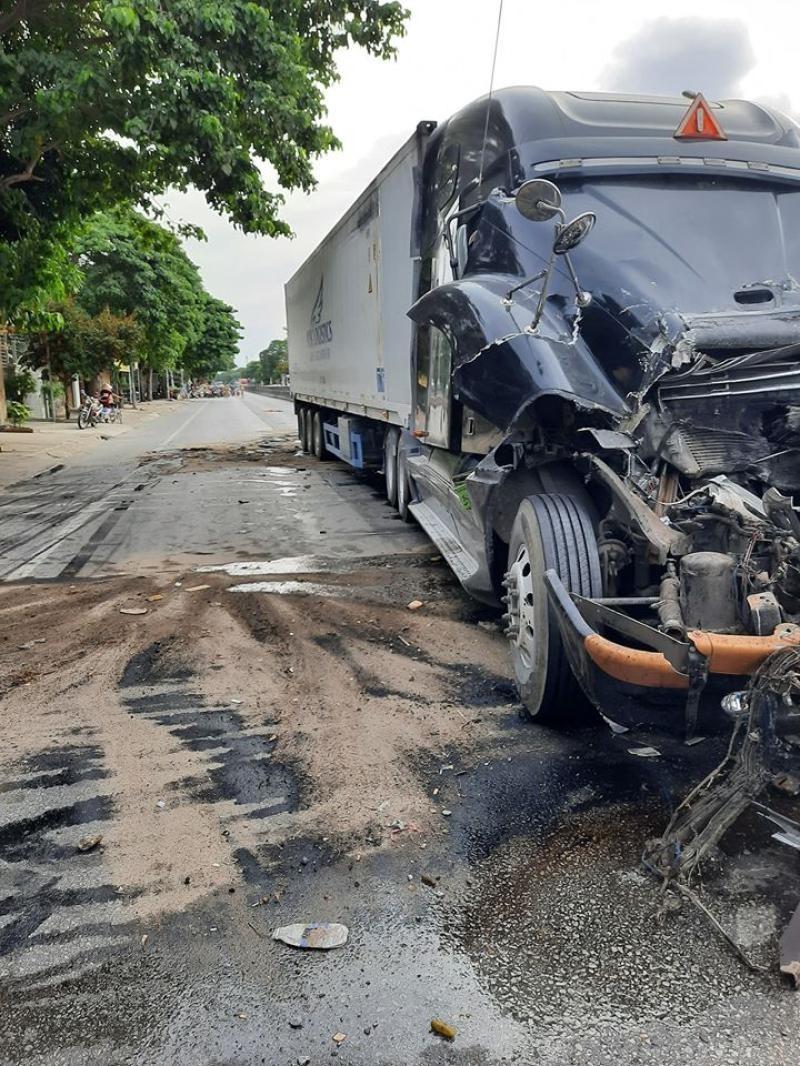Chiếc xe container tông vào đuôi xe tải gặp sự cố