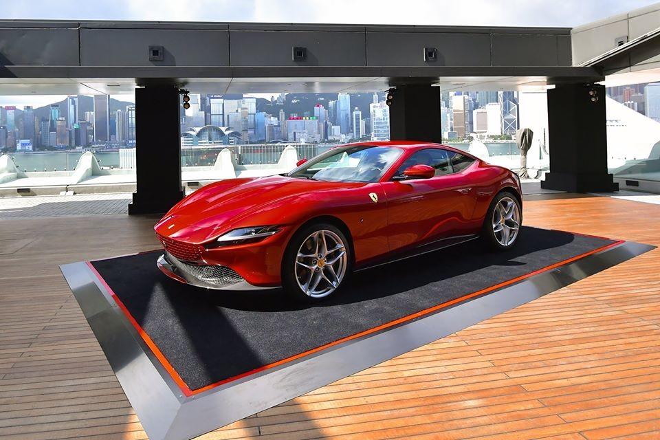 Giá xe Ferrari Roma tại Hồng Kông bắt đầu 2.998.000 đô la HKD, tương đương 9 tỷ đồng. Mức giá này chưa bao gồm các tuỳ chọn của khách hàng.