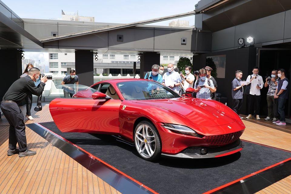 Siêu xe mới toanh Ferrari Roma lần đầu có mặt tại Hồng Kông sở hữu bộ áo đỏ rất nổi bật và ấn tượng, khác biệt hoàn toàn so với những chiếc Ferrari Roma được mang đến các nước châu Á giới thiệu gần đây.