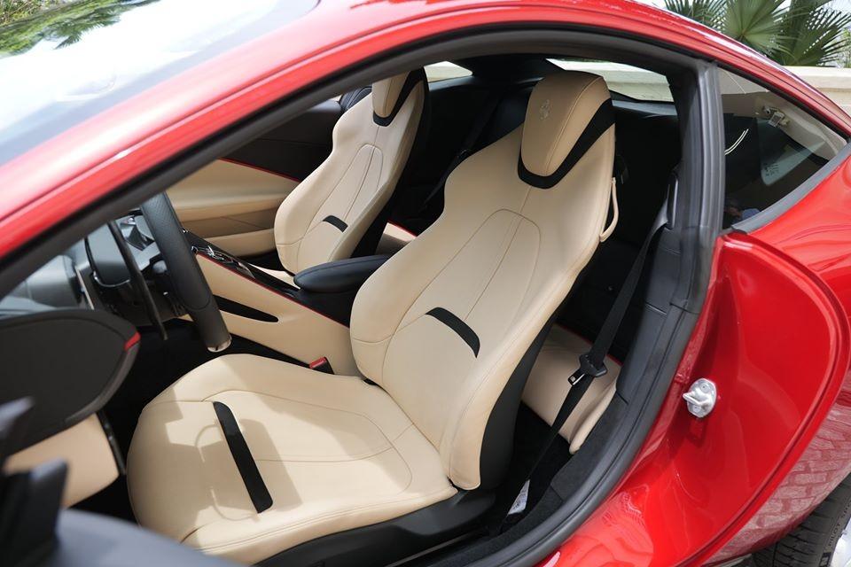 Siêu xe Ferrari Roma còn có thêm các ghế ngồi bọc da cao cấp, da Alcantara cũng như viền kim loại và đen bóng.