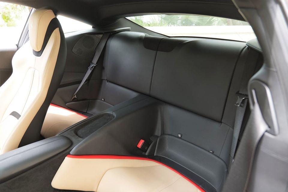 Hàng ghế sau trên siêu xe Ferrari Roma vẫn đủ chỗ cho người lớn ngồi nhưng tất nhiên là không thoải mái như các mẫu xe sedan.