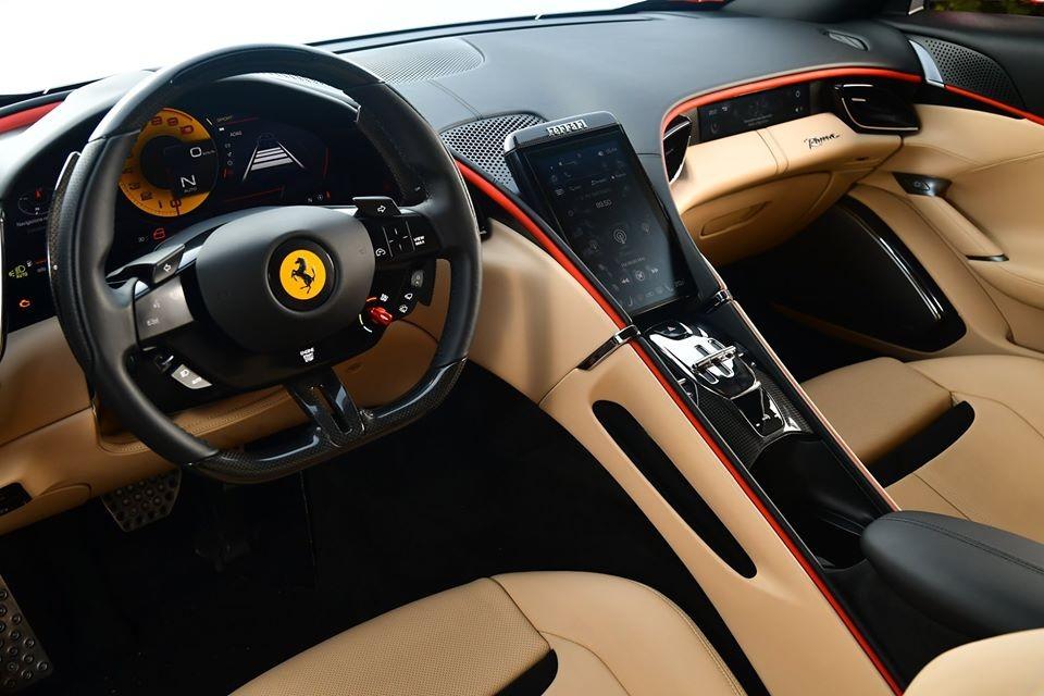 Bước vào bên trong khoang lái của siêu xe Ferrari Roma, mẫu siêu xe 4 chỗ ngồi có cụm màn hình giải trí đặt dọc