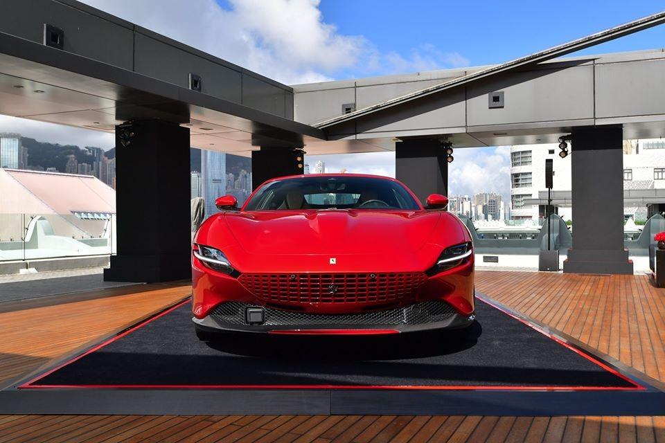 Peninsula Hotel Hong Kong từng sở hữu danh hiệu khách sạn sở hữu nhiều xe Rolls-Royce nhất thế giới với tổng cộng 14 đơn đặt hàng mẫu xe Phantom vào năm 2014. Đây cũng là 1 trong những khách sạn mà giới nhà giàu rất hay lui tới mỗi khi có mặt tại Hưởng Cảng. Gần đây, trên tầng cao nhất của Peninsula Hotel Hong Kong đã diễn ra buổi giới thiệu siêu xe mới toanh Ferrari Roma.