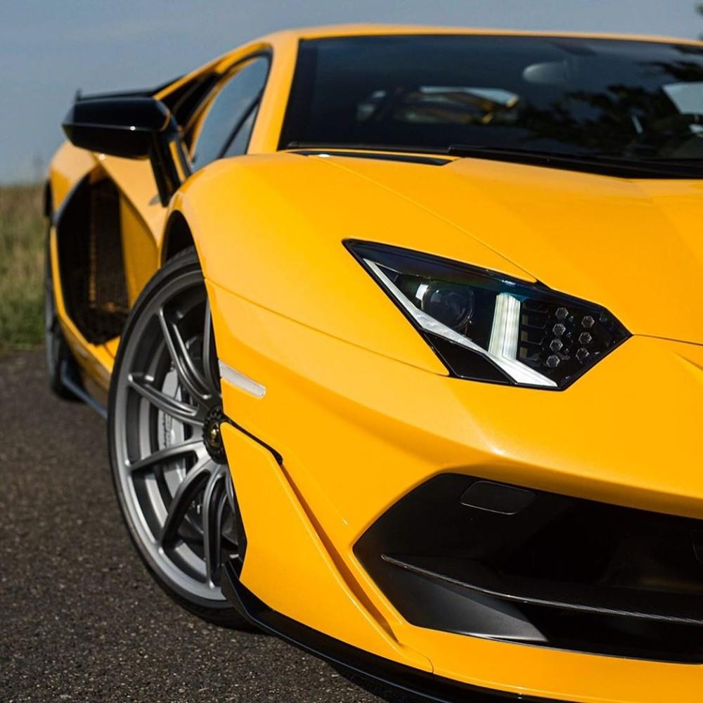 Đáng tiếc thay là thời gian tăng tốc từ vị trí xuất phát lên 100 km/h của Lamborghini Aventador SVJ không thể thấp hơn con số 2,8 giây của đàn anh Lamborghini Aventador SV tạo ra. Vận tốc tối đa của siêu xe hàng hiếm mới ra mắt cũng dừng lại ở con số 350 km/h.