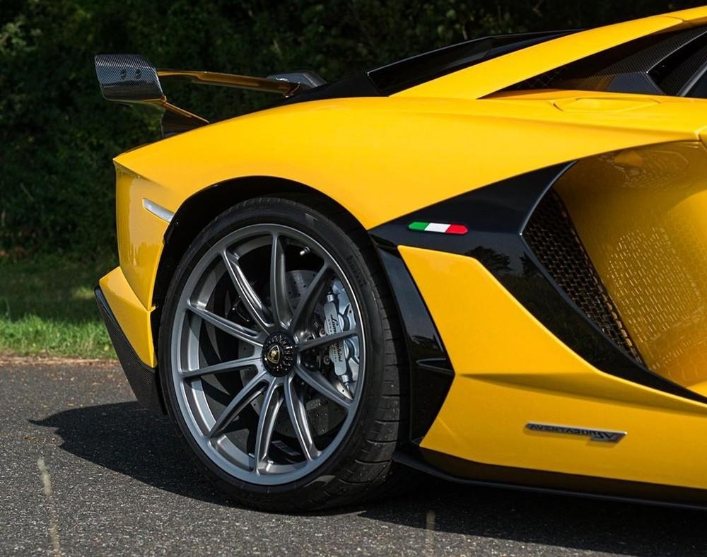 Bộ mâm theo chiếc siêu xe Lamborghini Aventador SVJ này có thiết kế 5 chấu kép sơn màu tối cùng kẹp phanh màu bạc.