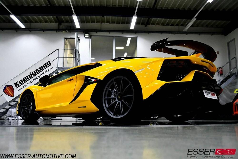 Chỉ có 900 chiếc siêu xe Lamborghini Aventador SVJ được sản xuất trên toàn thế giới và các đại gia Việt chỉ mới sở hữu một chiếc. Sẽ tuyệt vời hơn nếu trong thời gian tới các đại gia Việt mua thêm một chiếc Lamborghini Aventador SVJ khác với màu sơn vàng óng ả trong bài viết này.