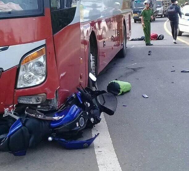 Hiện trường vụ tai nạn giữa xe khách Thành Bưởi và xe mô tô vào sáng nay làm một người tử vong