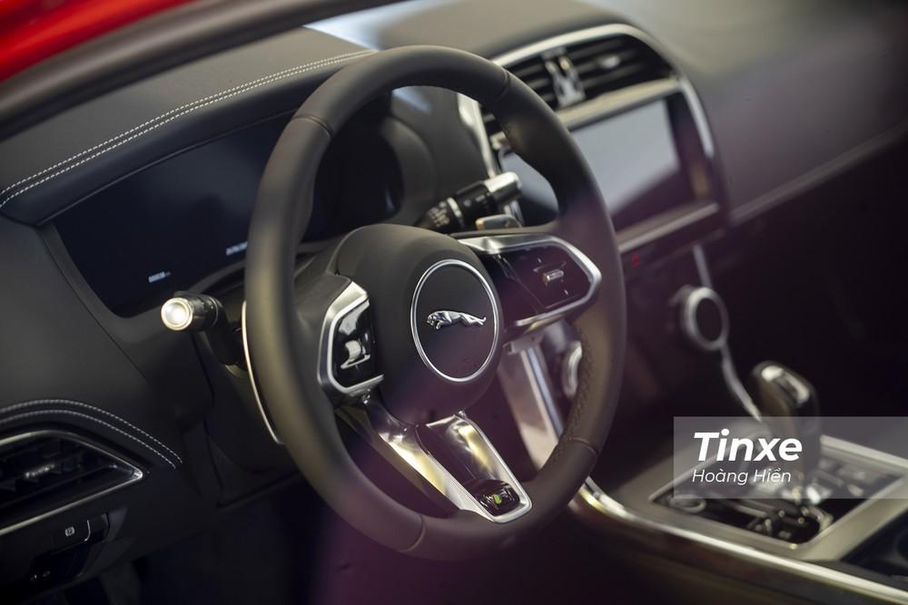 Vô-lăng 3 chấu thể thao của Jaguar XE 2020.