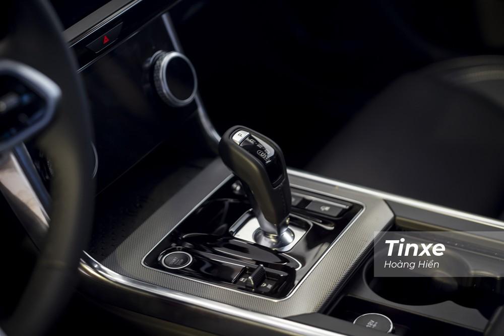 Cần số điện tử thay thế dạng núm xoay truyền thống trước đây trên Jaguar XE 2020.