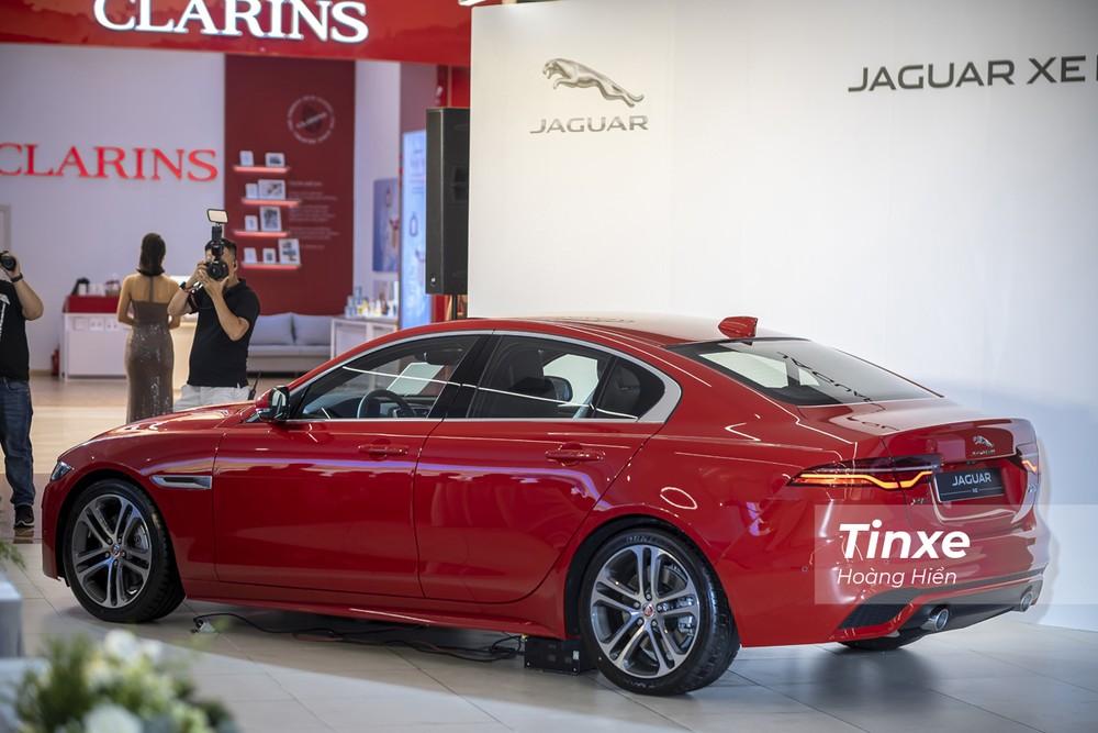 Nhìn từ phía sau, Jaguar XE 2020 có phần đuôi xe hơi ngắn nên tạo cảm giác đầu xe vươn dài về phía trước.