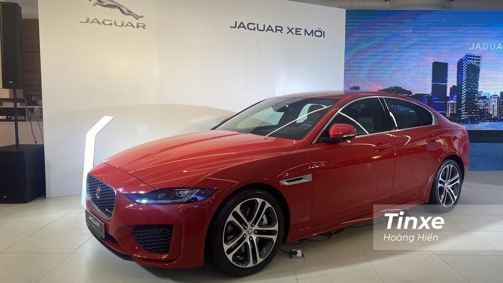 Jaguar XE 2020 mang dáng vẻ thời trang, cá tính và thể thao.