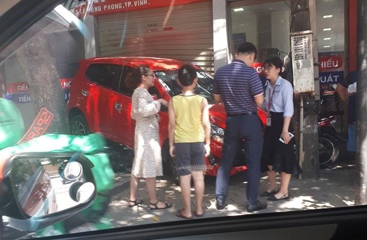 Người lái xe Toyota Wigo gây tai nạn được cho là nữ