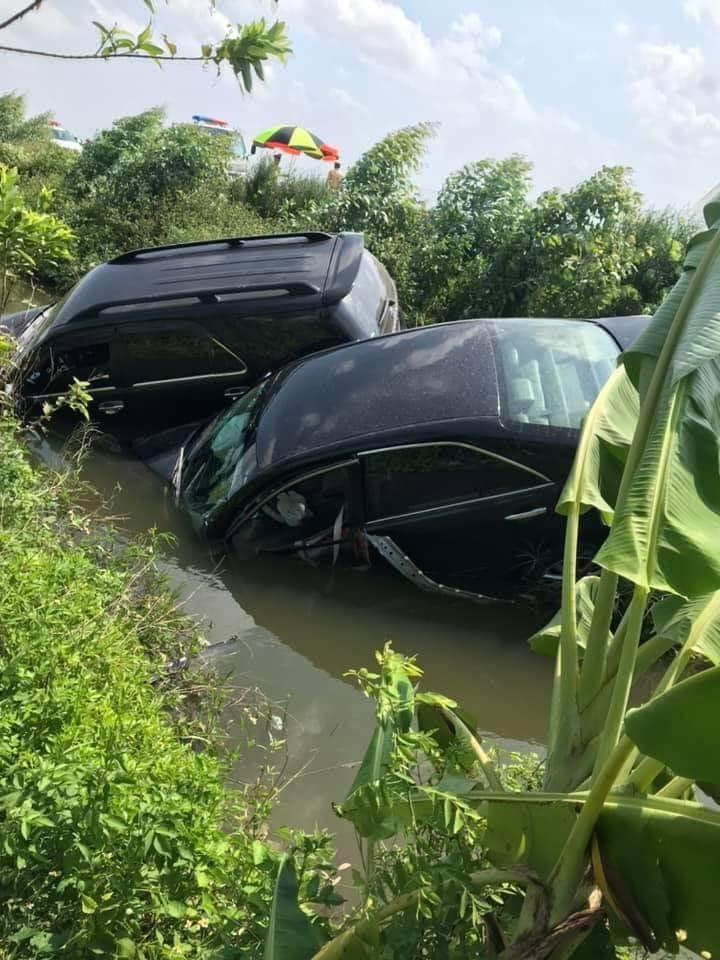 Cặp đôi Toyota Camry và Toyota Fortuner cắm đầu dưới mương