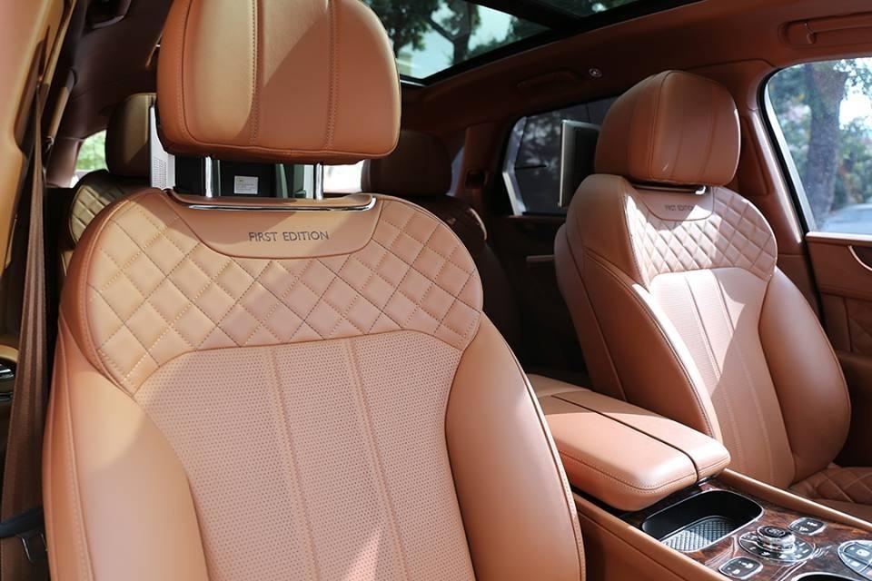 Dòng chữ First Edition may ở lưng ghế ngồi cũng là đặc điểm nhận biết Bentley Bentayga phiên bản giới hạn 608 chiếc với bản thường