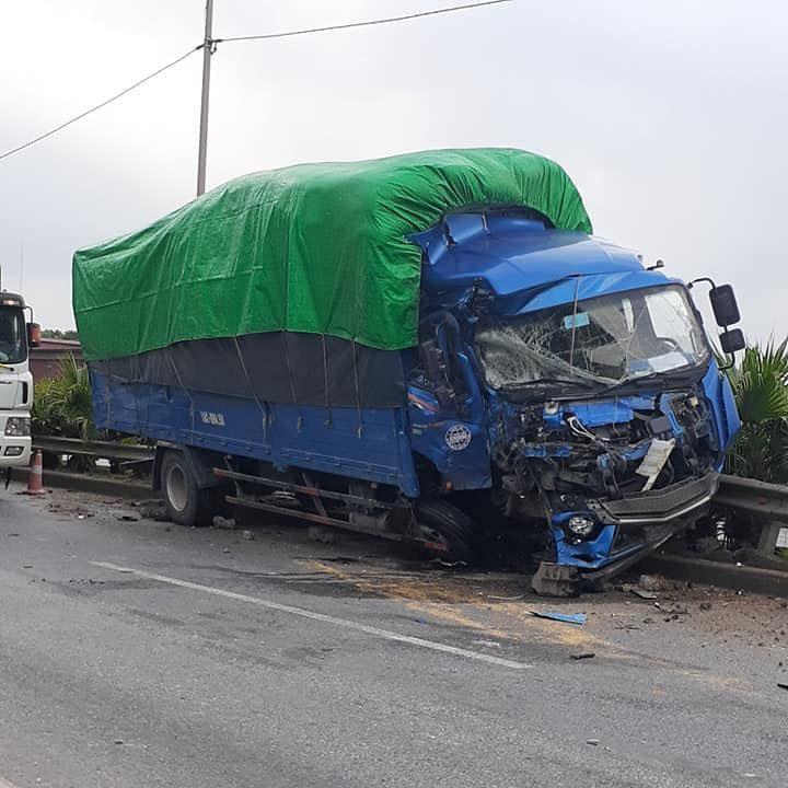 Chiếc xe tải vỡ nát phần đầu xe sau khi tông vào xe khách