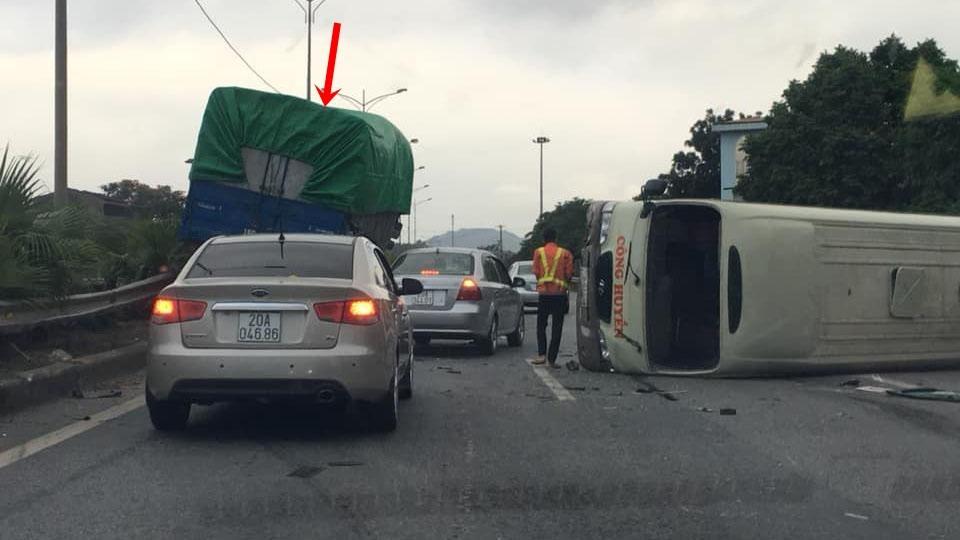 Hiện trường vụ tai nạn giao thông của xe khách và xe tải khiến cao tốc Thái Nguyên – Chợ Mới ùn tắc giao thông