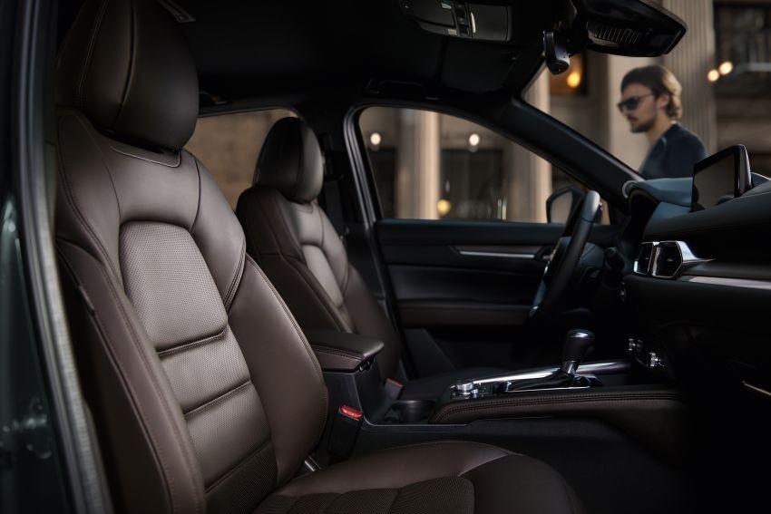 Ghế của Mazda CX-5 2020 được bọc bằng chất liệu giả da