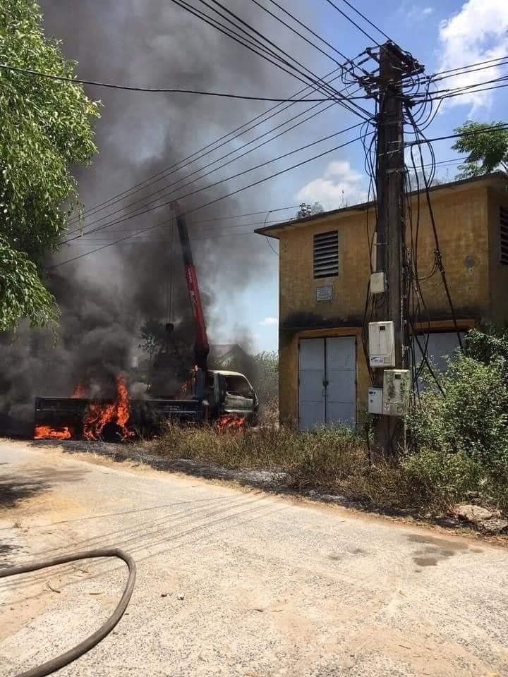 Chiếc xe cẩu bốc cháy cạnh trạm biến áp