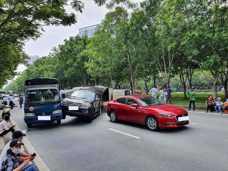 Đây là hình ảnh chụp từ phía trước vụ tai nạn liên hoàn của 2 ô tô và 2 xe tải trên đại lộ Mai Chí Thọ vào sáng nay