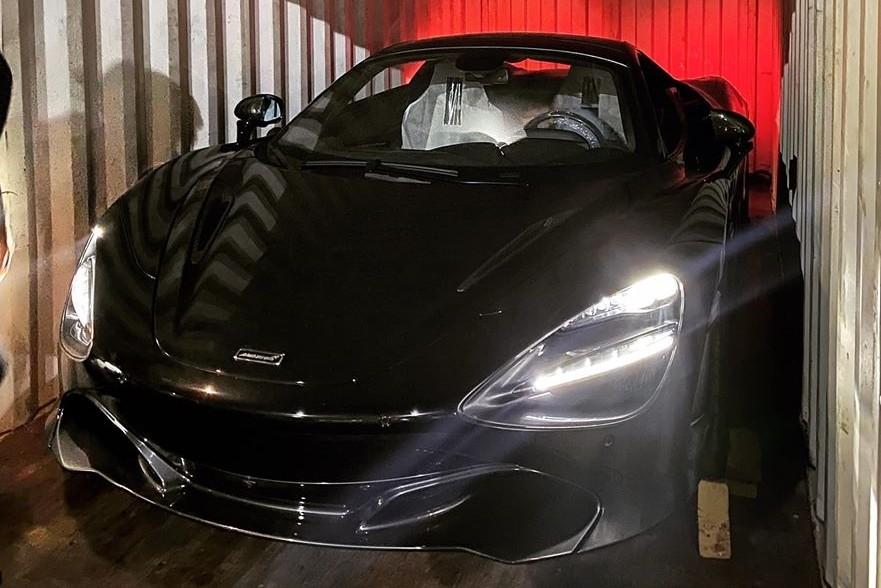 Đèn pha LED sáng rực của siêu xe McLaren 720S Spider khi được khui công trong đêm tối