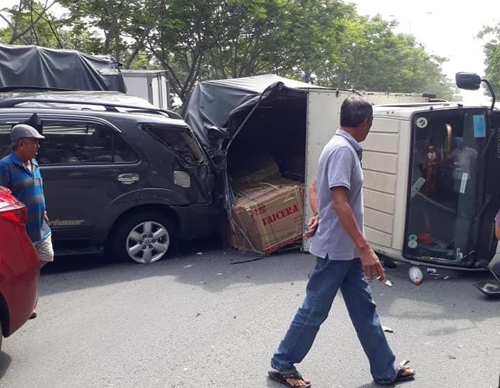 Hàng hoá của xe tải rơi dưới mặt đường