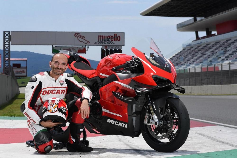 CEO Claudio Domenicali bên cạnh chiếc Ducati Superleggera V4