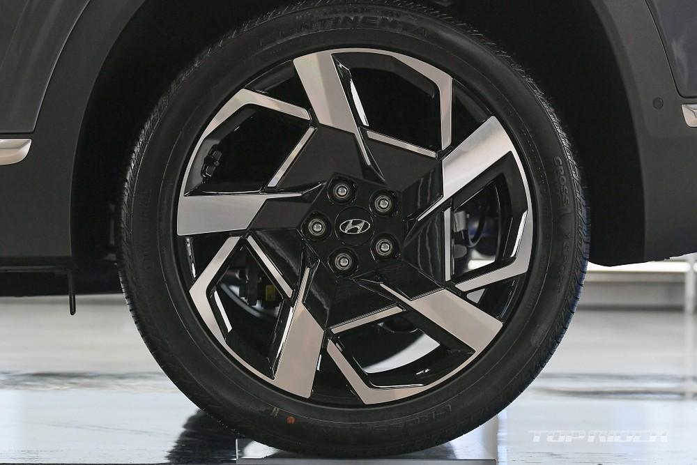 Thiết kế vành mới với 5 chấu sơn 2 tông màu của Hyundai Santa Fe 2021