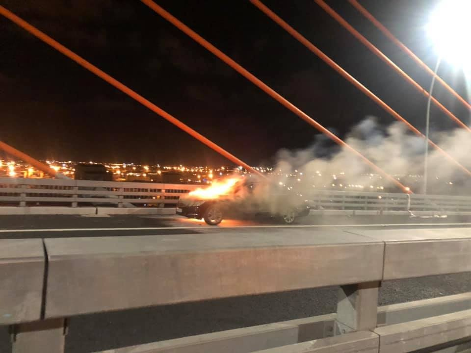 Chiếc ô tô hạng sang Mercedes-Benz E-Class bốc cháy ngùn ngụt trên cầu Bạch Đằng