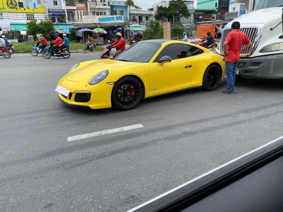 Chiếc Porsche 911 Carrera GTS bị xe container tông vào đuôi xe