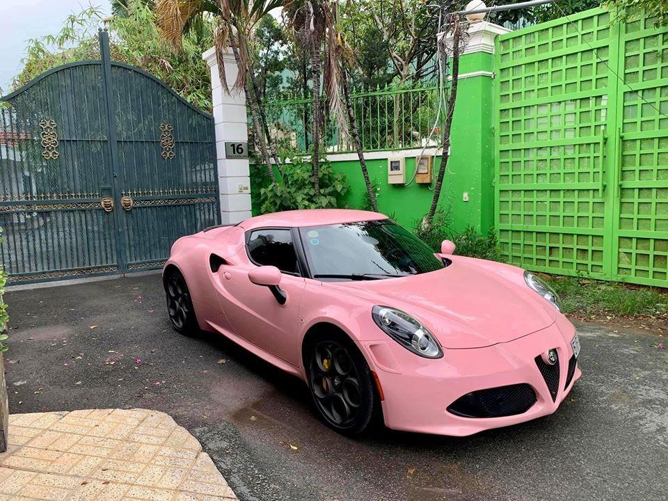 Đây là chiếc Alfa Romeo 4C Launch Edition duy nhất trên thế giới có bộ áo màu hồng, chủ xe tự tin khẳng định