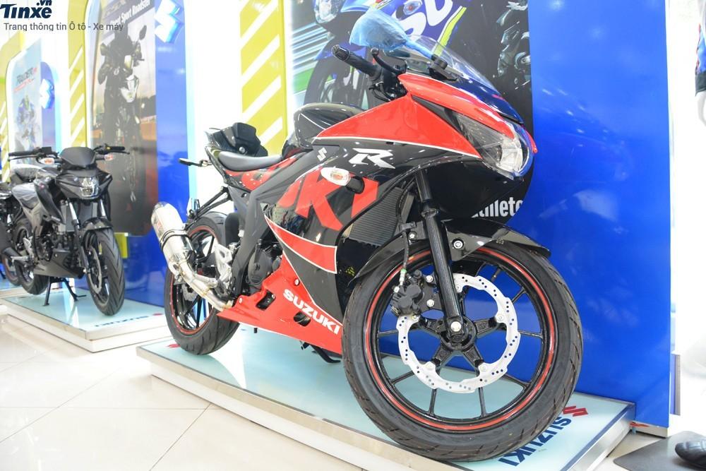 Suzuki GSX-R150 độ chính hãng có thêm nhiều đồ chơi như ống xả Yoshimura, đèn xi-nhan dạng LED và pát biển số đẹp mắt.