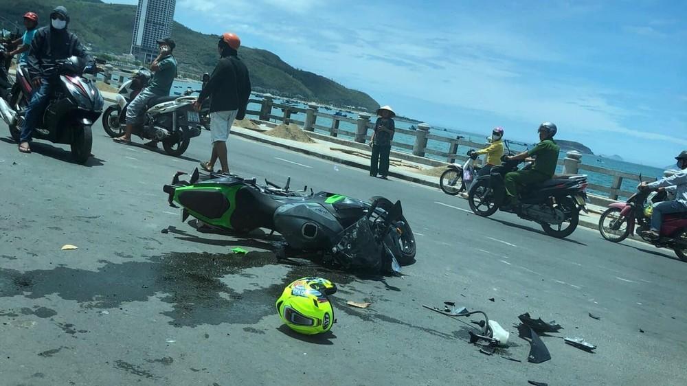 Nam biker người nước ngoài bị thương nặng sau cú đâm mạnh vào xe bán tải