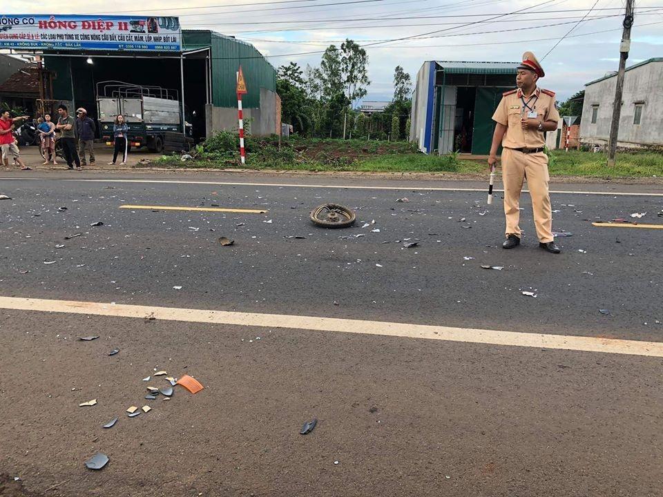 Bánh trước của chiếc xe máy nằm trên mặt đường