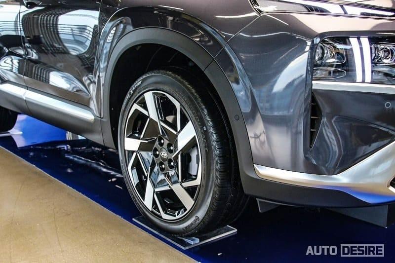 The wheels of Hyundai Santa Fe 2021 regular version